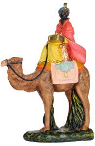 statuina di re magio su cammello per presepe in gesso colorato e dipinto a mano